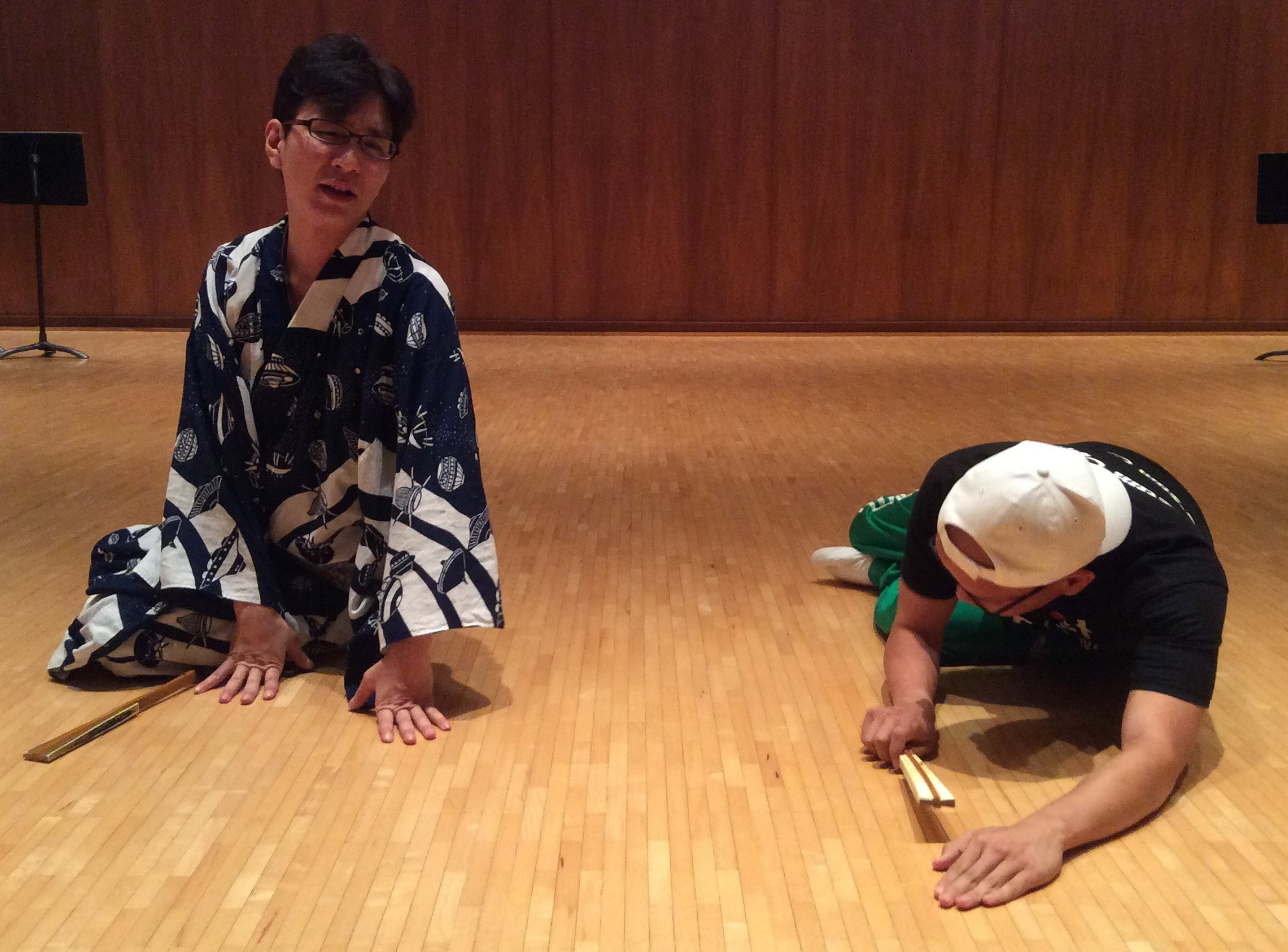 Shigeyama Sennojō III teaches a UHM student on the floor